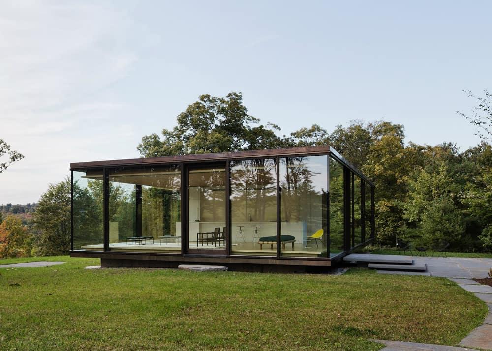 Glass retreat by Desai Chia Arthitecture
