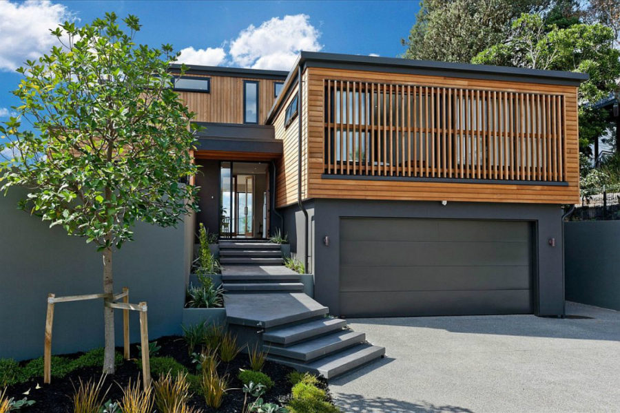 Louvre system protects the Auckland home from winds and privy eyes