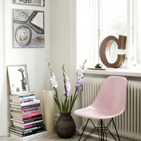 pink chair 285x285 Decorating With Pink Accents: 20 Ways to Create This Look