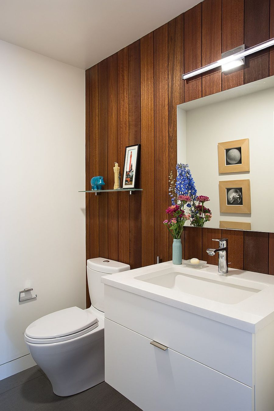 In the bathroom Mahogany wood panels contrast with white furnishings
