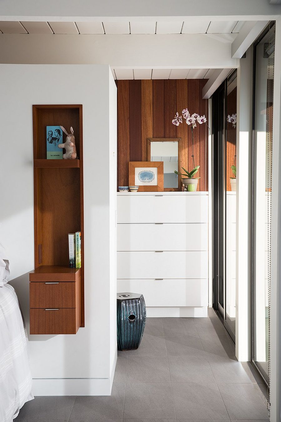 Nightstands incorporated into wall niches are a brilliant design solution for a headboard wall