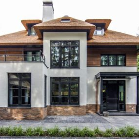 Beautiful facade shows a mix of modernity and tradition 285x285 Striking Villa Naarden Is a Modernized Dutch Thatched House