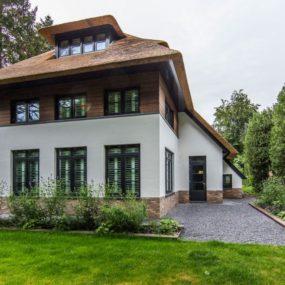 Green landscapes lend a picturesque 285x285 Striking Villa Naarden Is a Modernized Dutch Thatched House