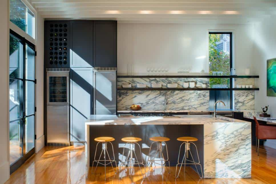 Open kitchen with Arabescato marble by District Design