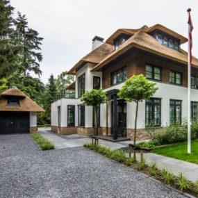 Villa in Naarden forest 285x285 Striking Villa Naarden Is a Modernized Dutch Thatched House