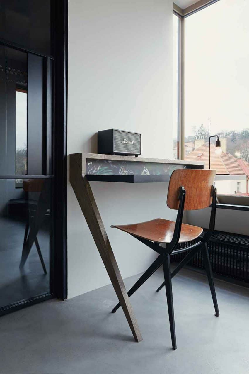 Wall-leaning desk is a good way to save space