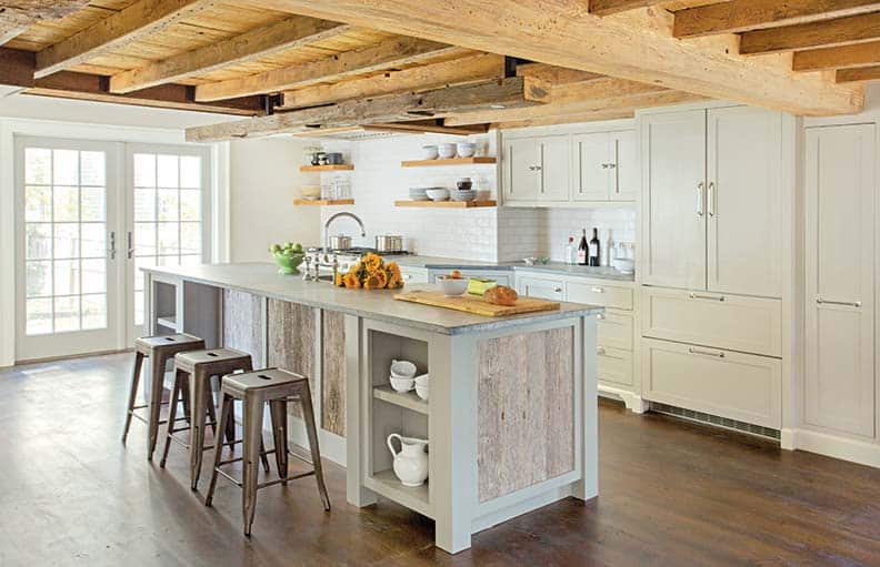 36 modern farmhouse kitchens that fuse two styles perfectly for Farmhouse style kitchen lighting