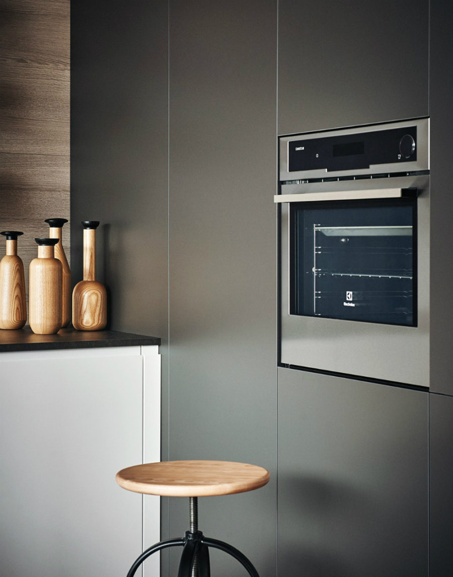 Inbuilt oven blends well with the minimal cabinets