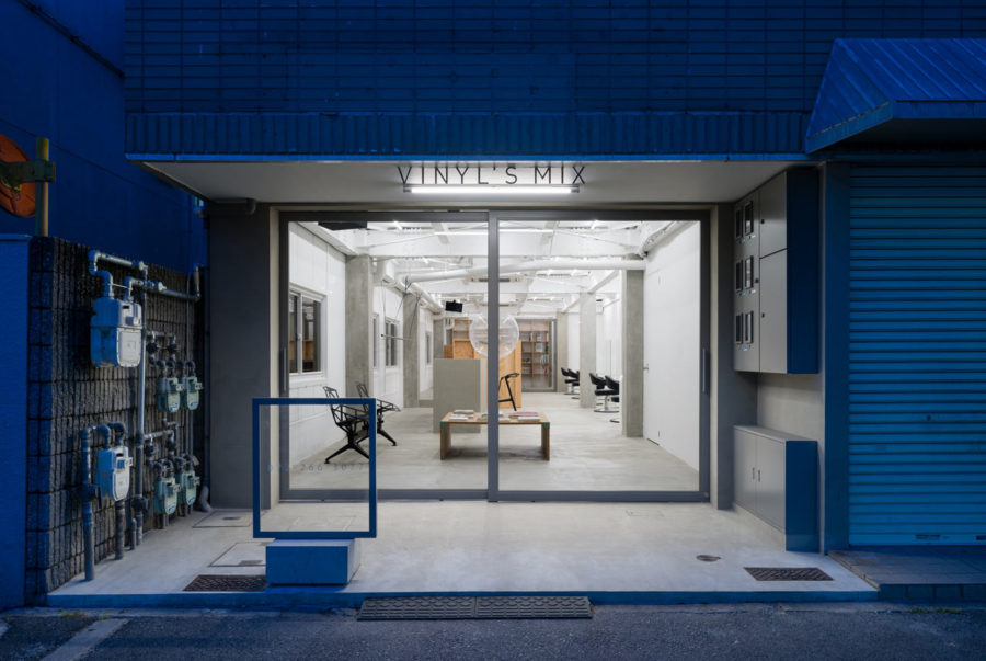 Vinyls Mix Hair Salon 900x603 Stylish Japanese Hair Salon Made of Concrete and Wood