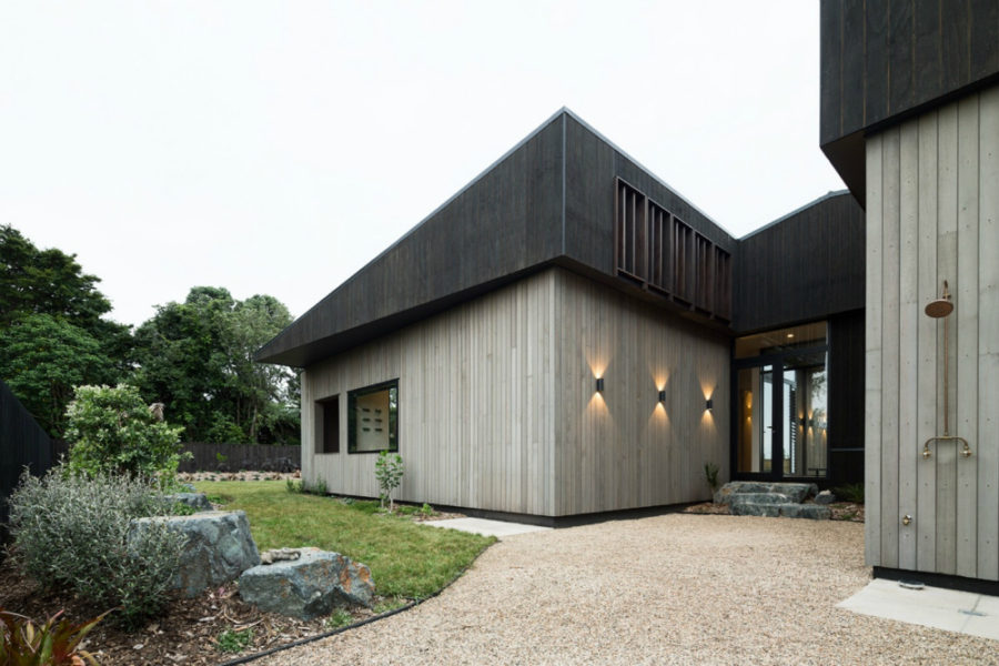 A medium fence provides the yard with boundaries 900x600 Contemporary House in New Zealand Combines Privacy with Openness