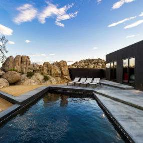 Black desert house backyard 285x285 24 Desert Houses That Are Real Life Oases
