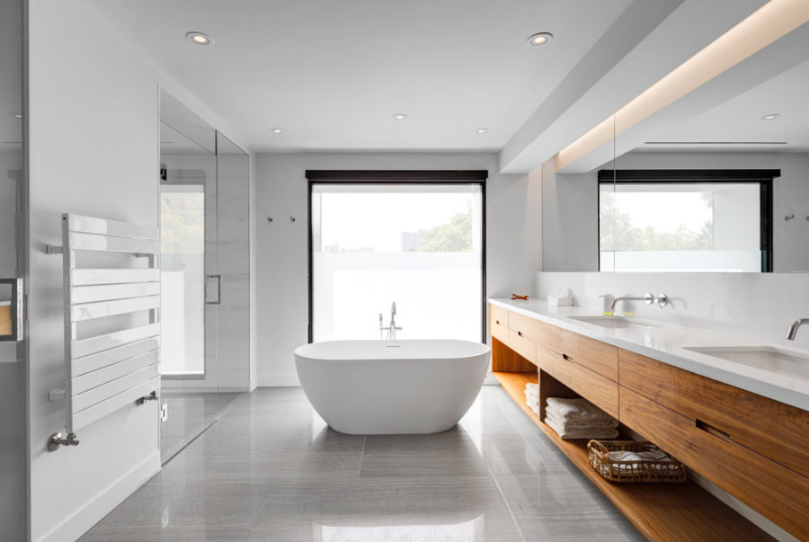 Contemporary bath overlooking outdoors