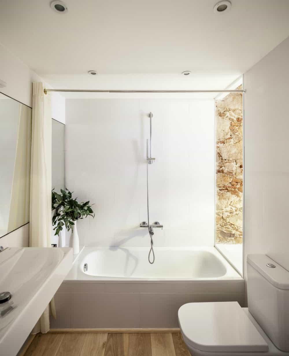 Les Corts apartment bathroom