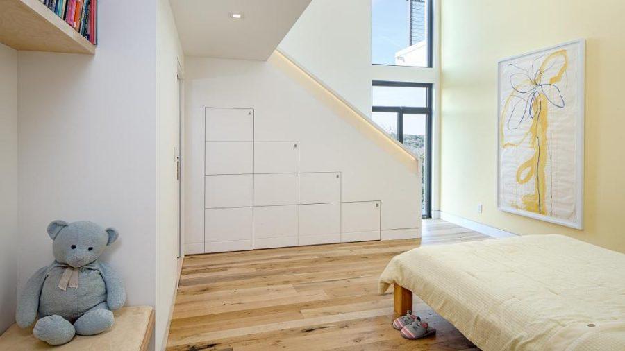 Minimalist kids room by Specht Architects