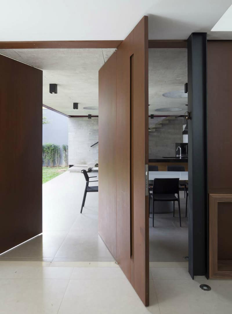 Pivoting door by FC Studio