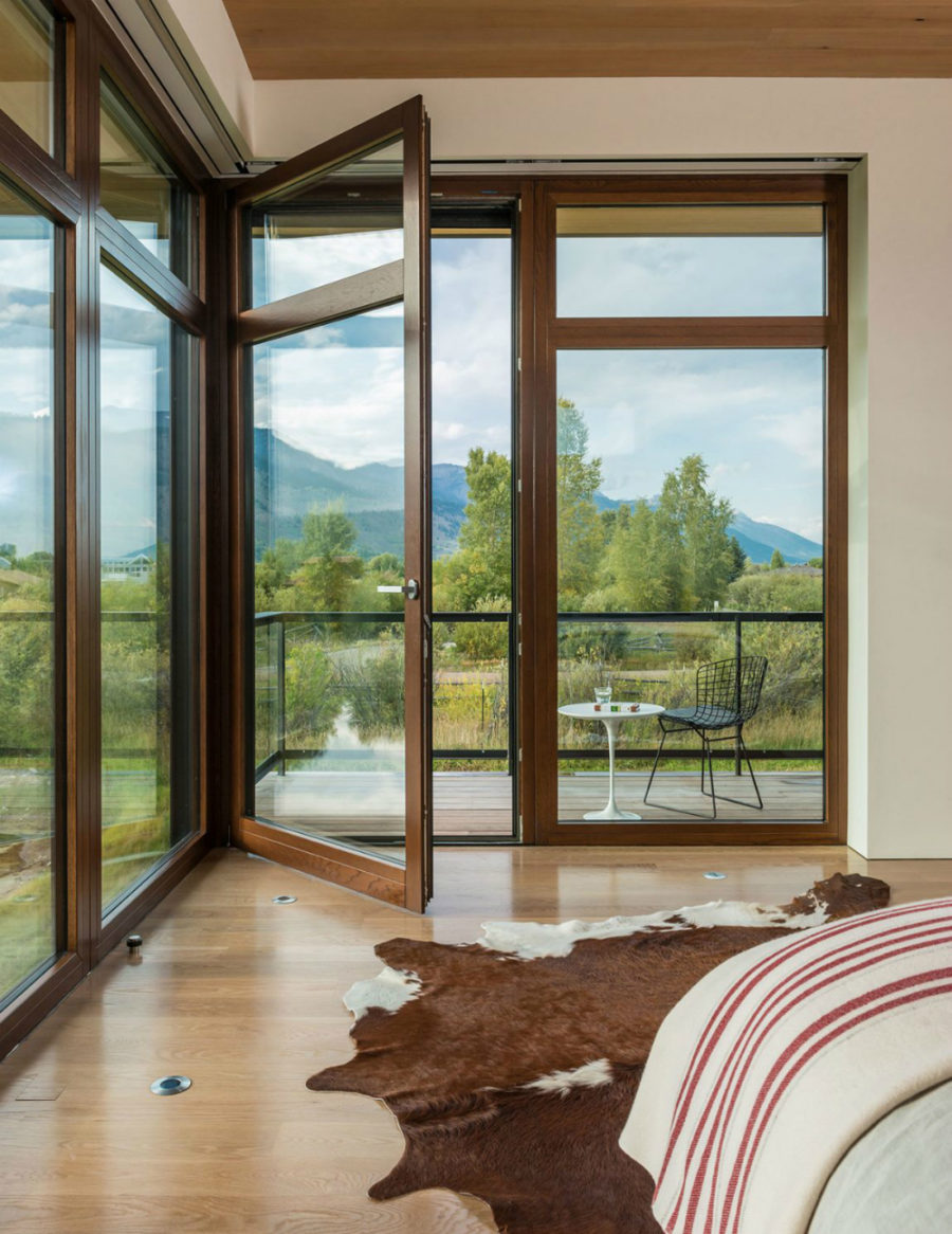 A balcony access in the bedroom allows to breathe the fresh air before even waking