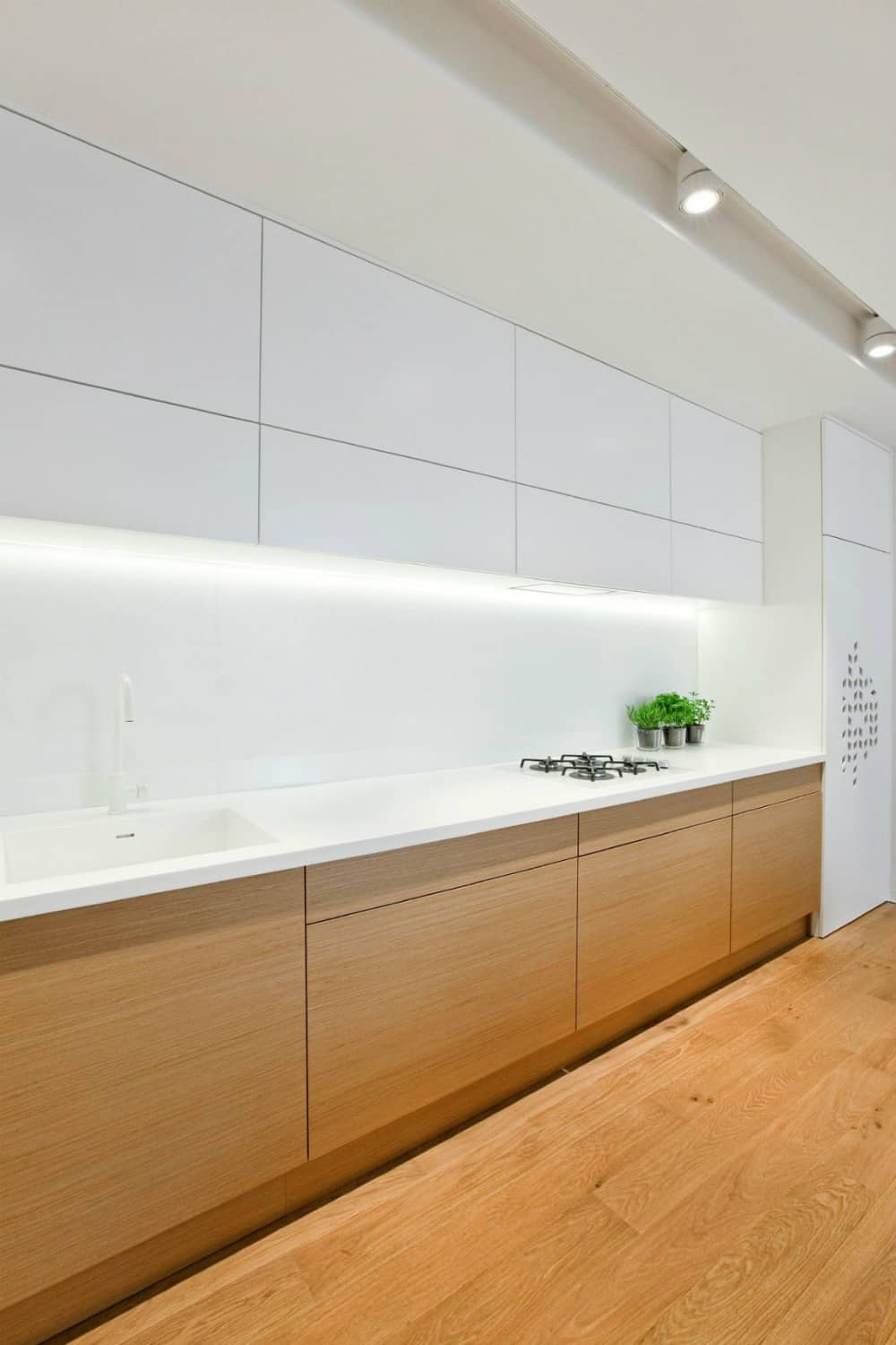 Built-in white light illuminates the worktop