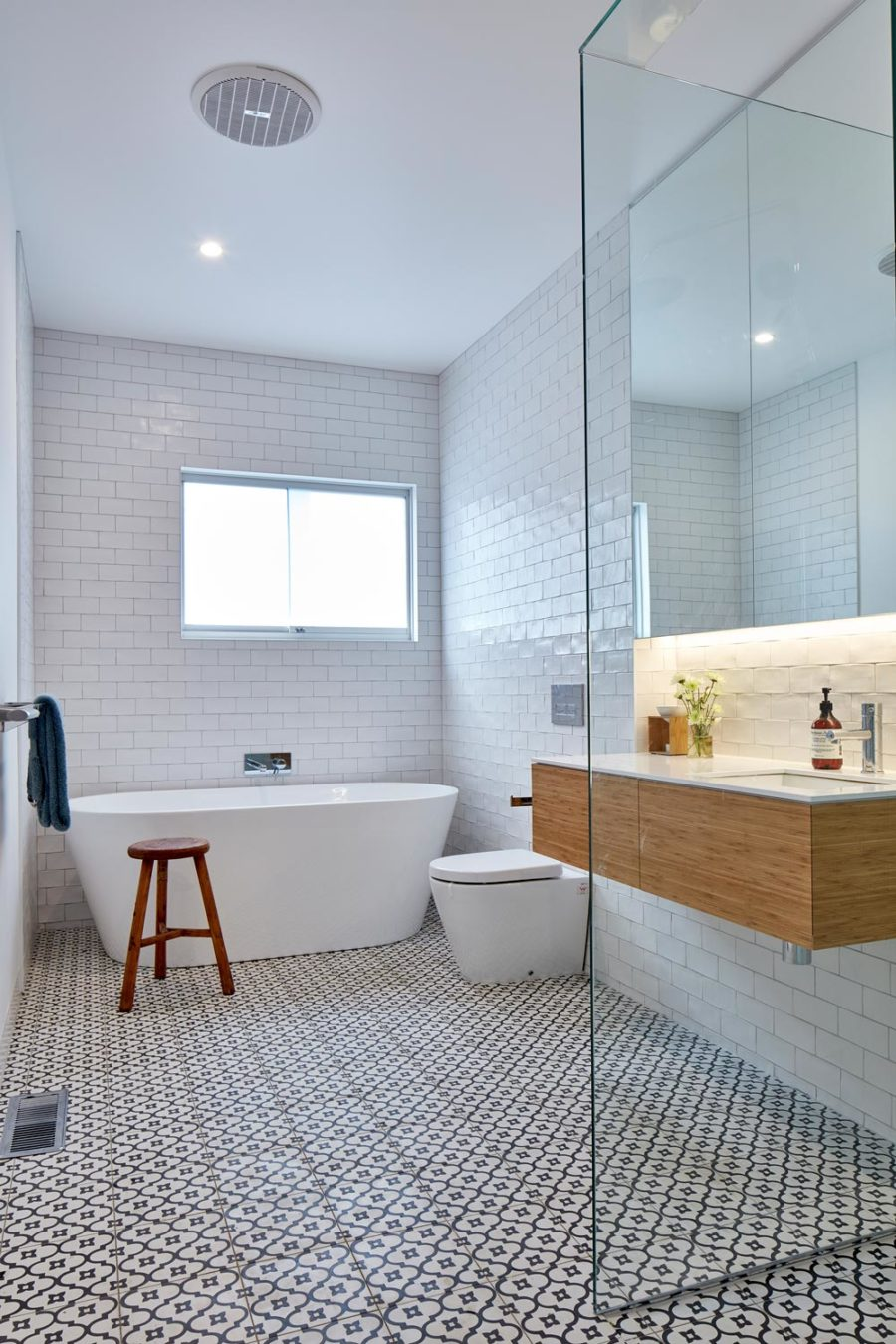 Simple modernist bath looks almost Scandinavian