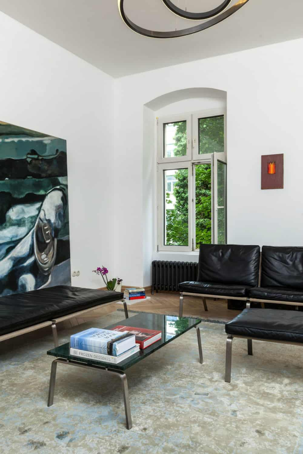 The contrast between furnishings and walls spreads to central heating