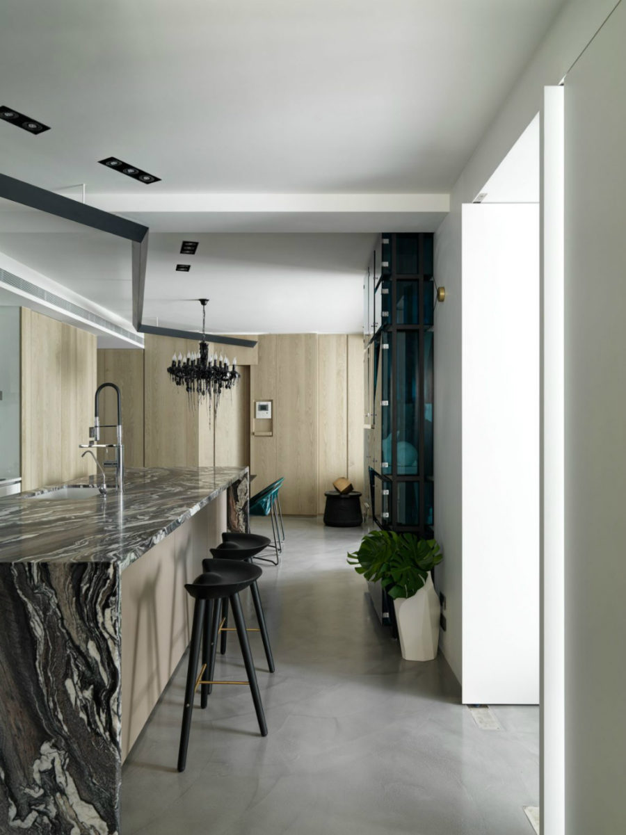 Built-in lights append the black chandelier in the kitchen