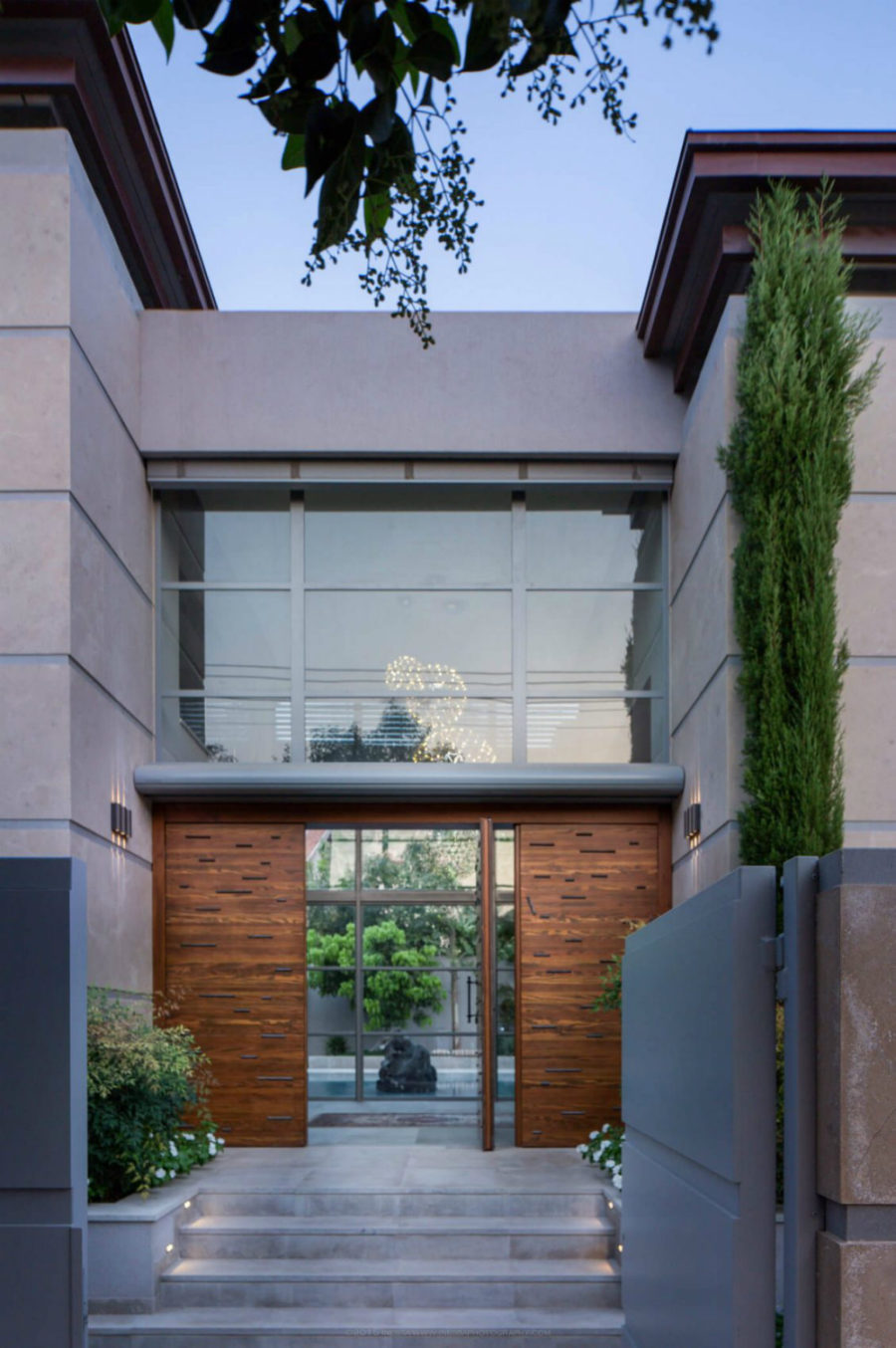 Giant front gate door open into the inner courtyard 900x1354 Grand Modernist House in Israel Opens Up to Its Own Courtyard