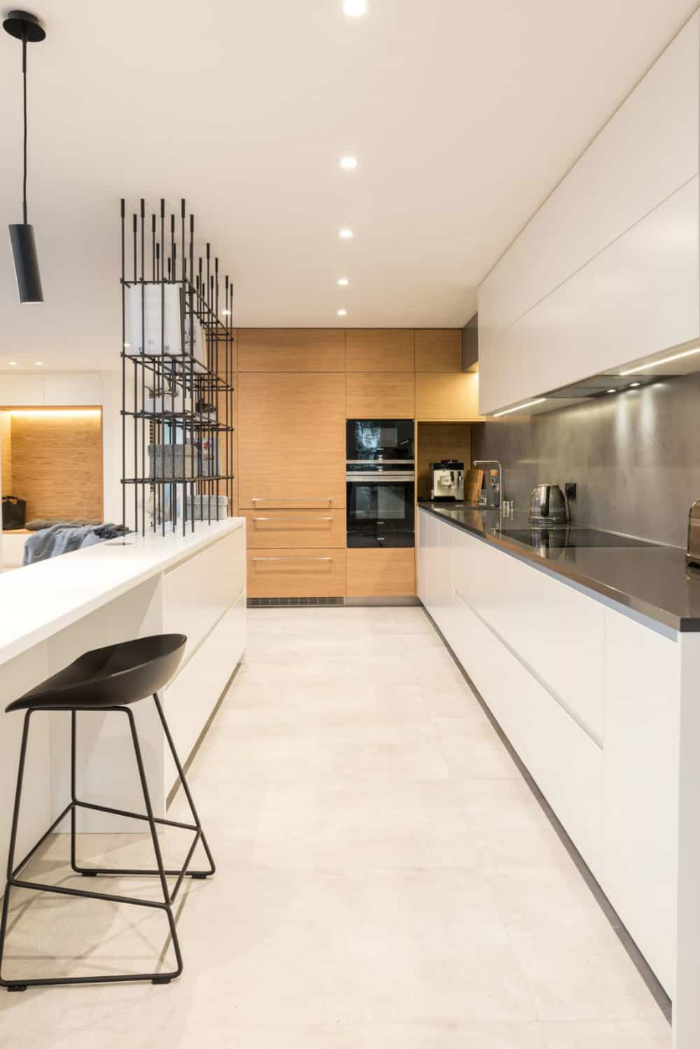 Kitchen and living zone stand separate thanks to the metallic shelving