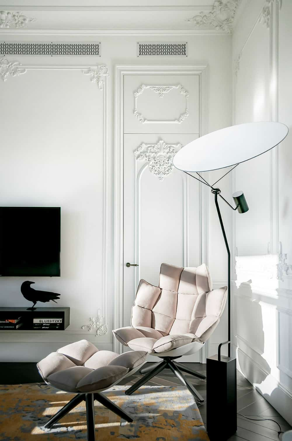 Modern lounge chair looks inviting