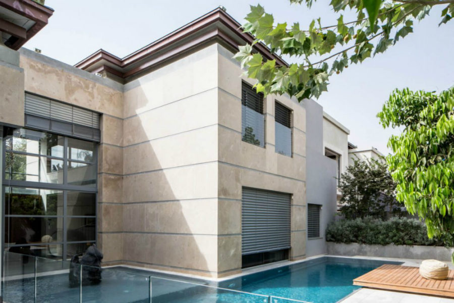 Modernist buildinghas small shuttered windows 900x600 Grand Modernist House in Israel Opens Up to Its Own Courtyard