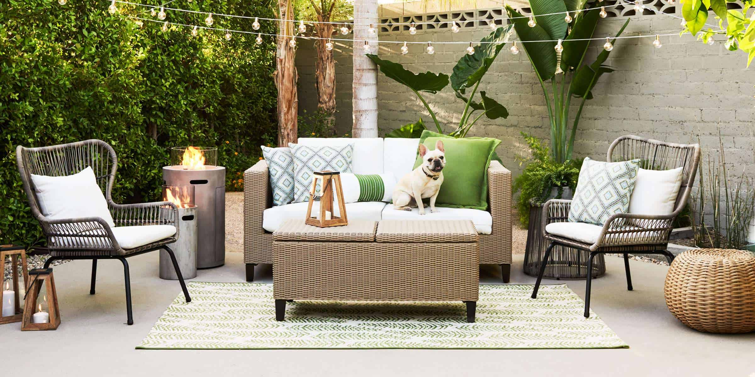 Accent pillows to decorate the outdoor area