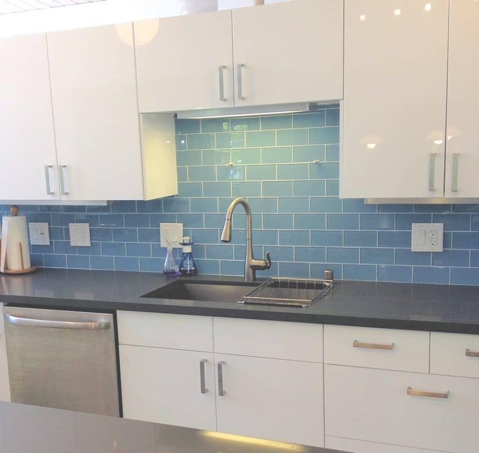 beautiful-tile-backsplash-ideas-for-small-kitchen_blue-glass-subway-tile-backsplash-home-depot_tile-backsplash-ideas-with-black-countertops_white-gloss-wood-kitchen-cabinet-936×885