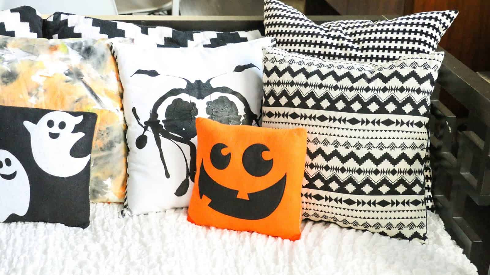 We are all aware of the wonderful benefits that accent pillow bring to a room.