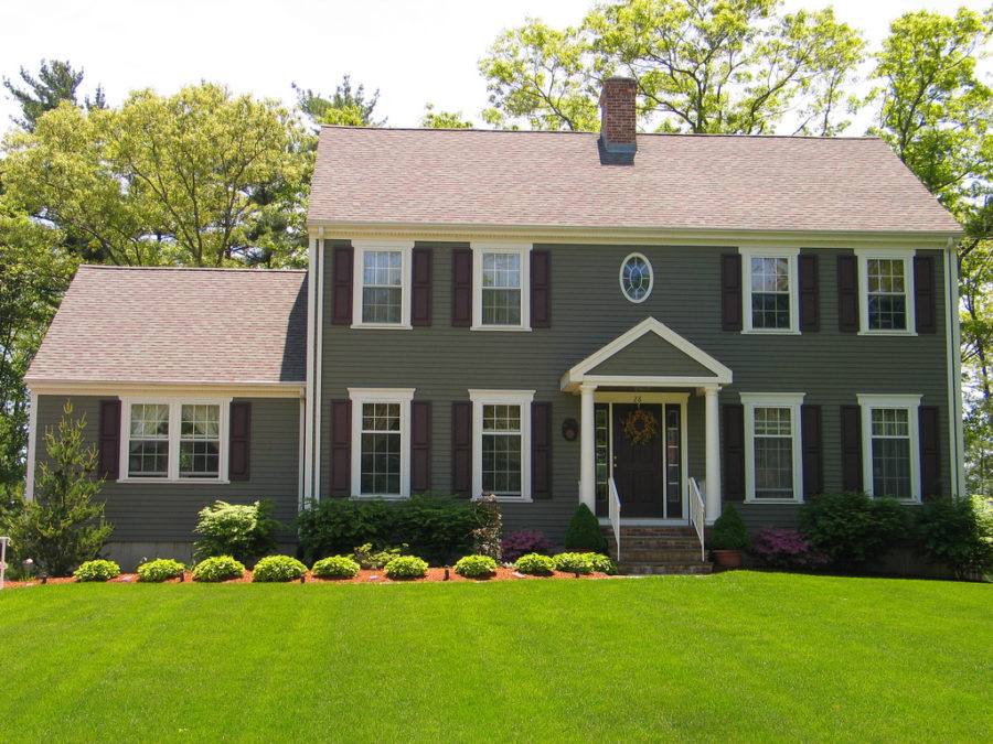dark green colonoial style home 900x675 These 15 Colonial Style Homes Will Have You Feeling Warm and Cozy