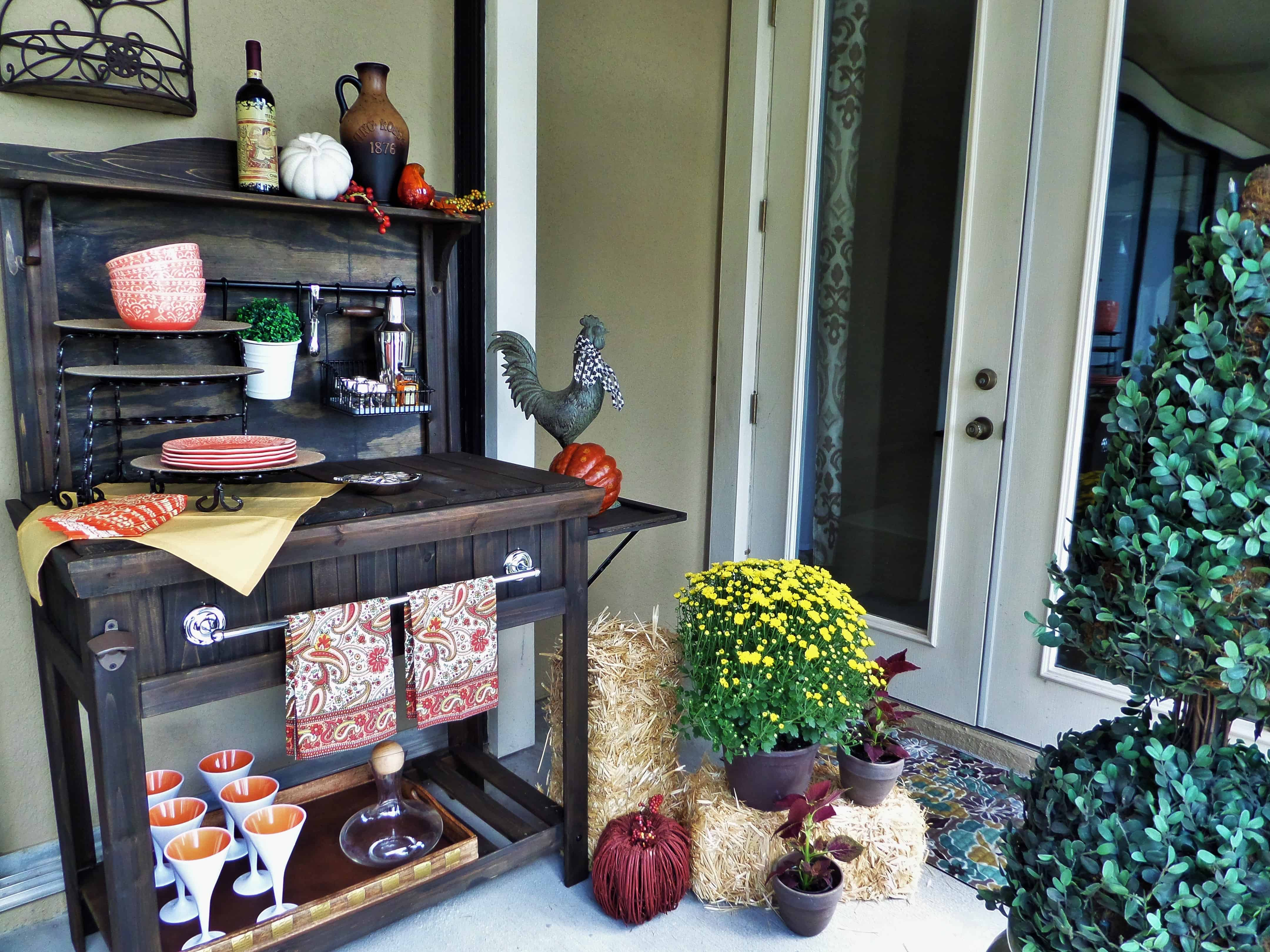 Include everything you need </em></noscript>on<em> your patio bar so that you do not need to go back indoors and leave your guests.