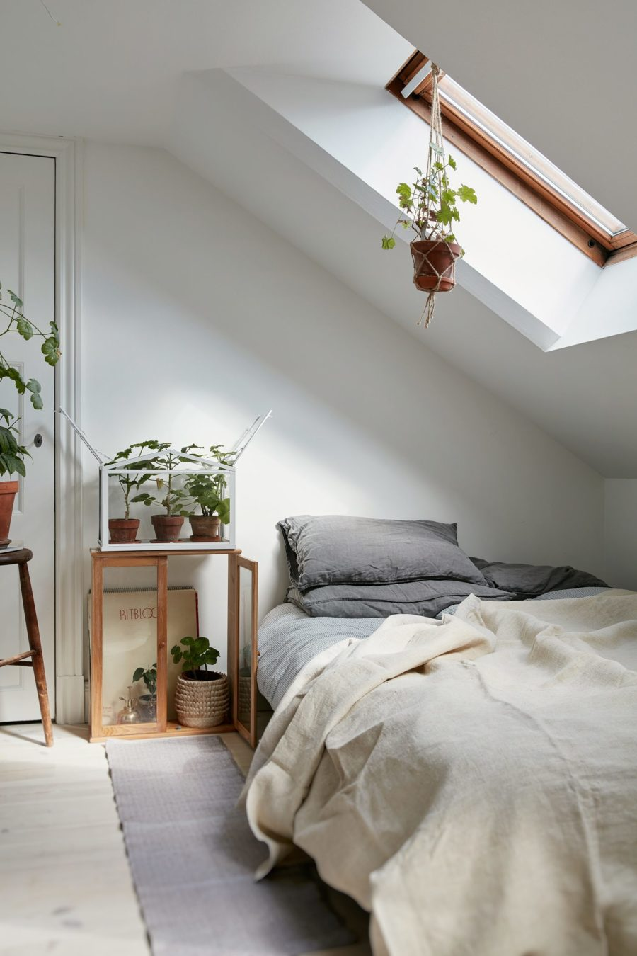 plant filled minimalist bedroom 900x1350 40 Simple and Chic Minimalist Bedrooms