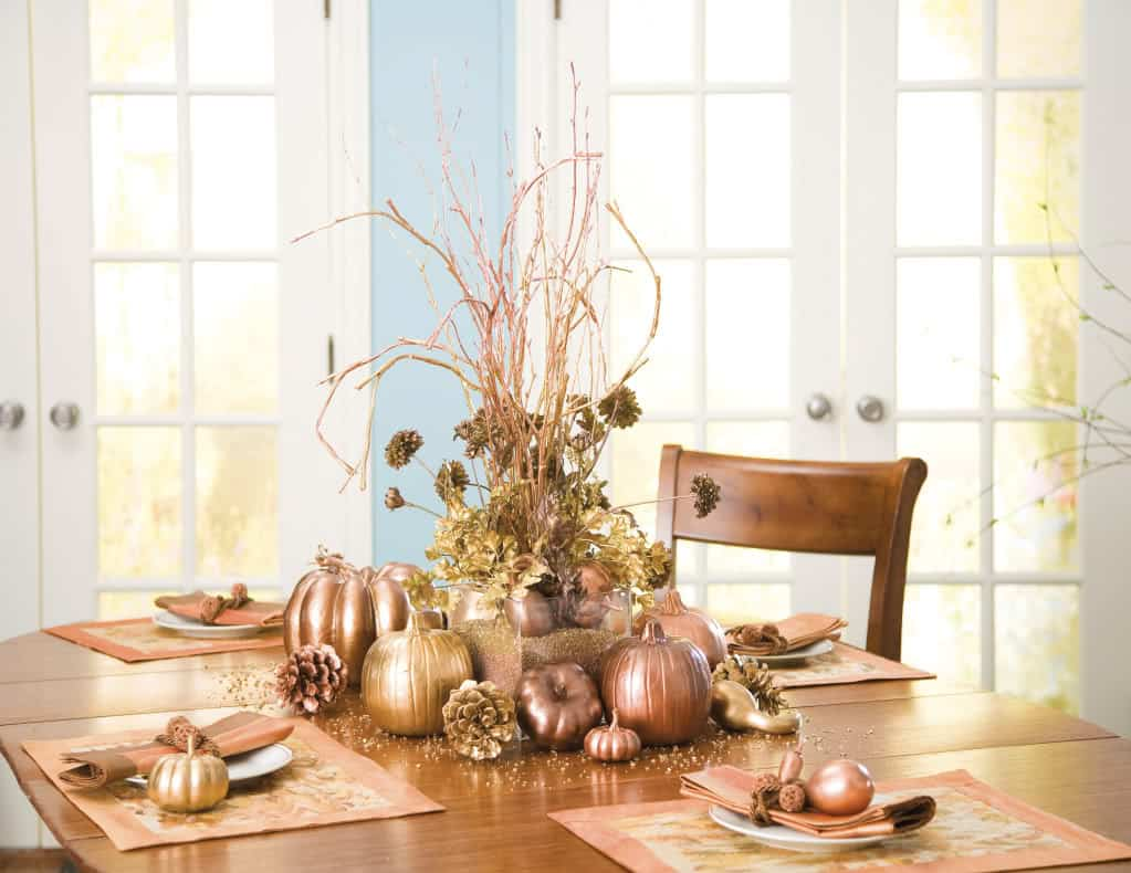 metallic fall decor table 2 10 Different Ways to Set a Fall Friendly Table