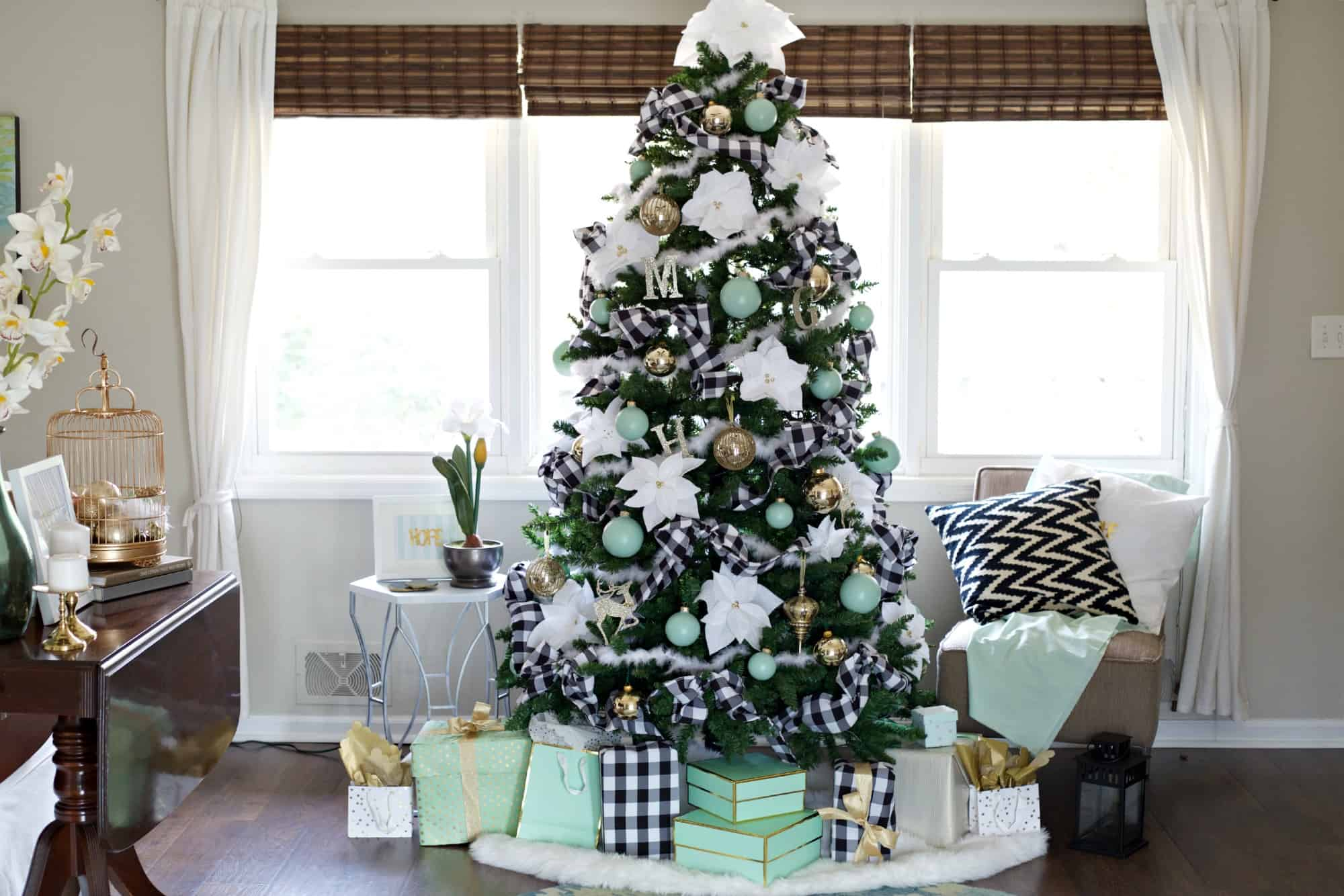 stylish new ways to decorate your christmas tree green and white christmas tree themed black - Black And White Christmas Tree