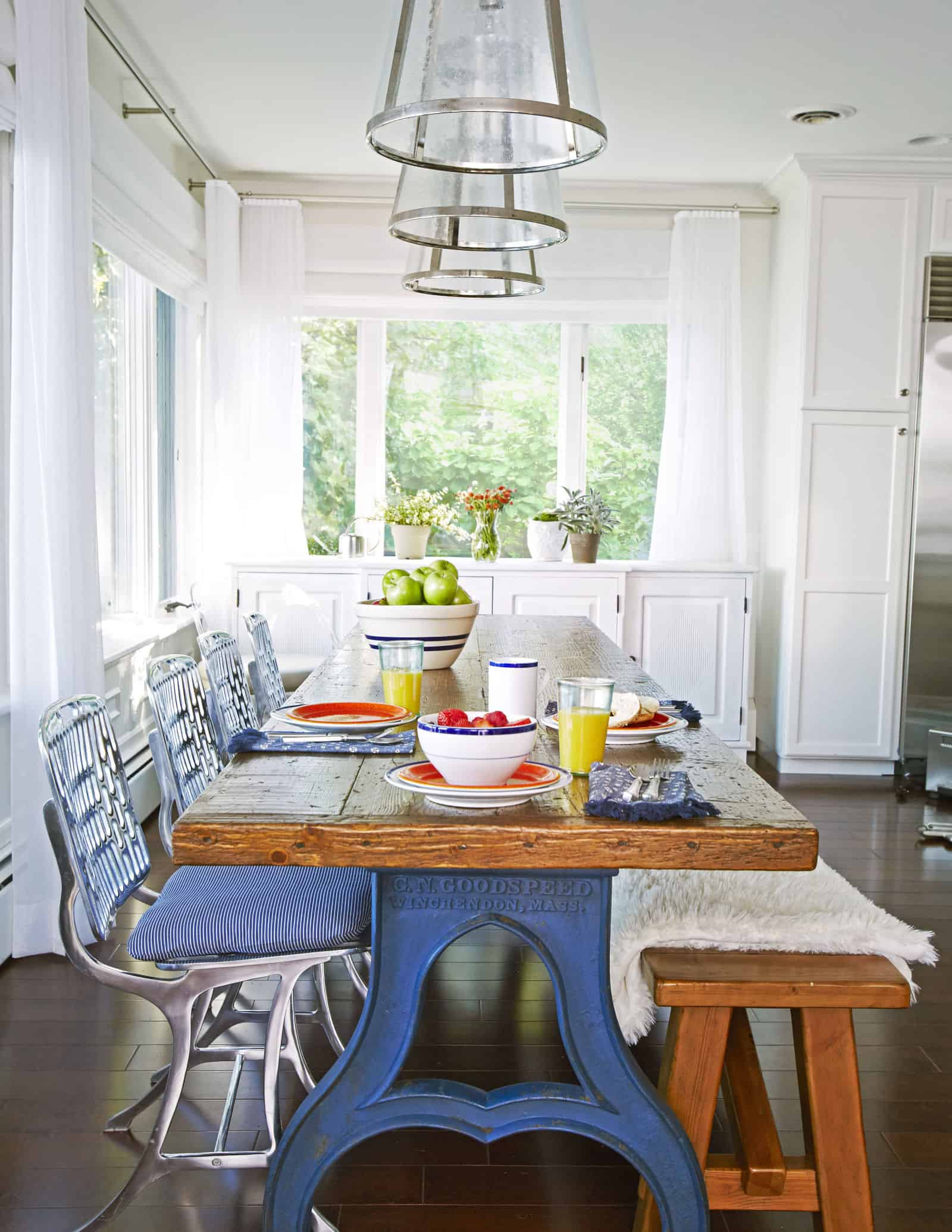 mixed material casual dining room with blue