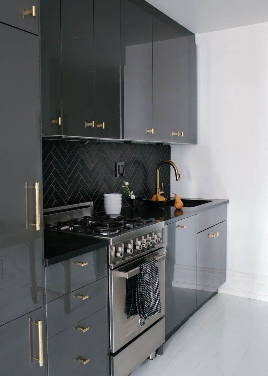 black glossy tiles 12 Amazing Kitchens With Glossy Tiles