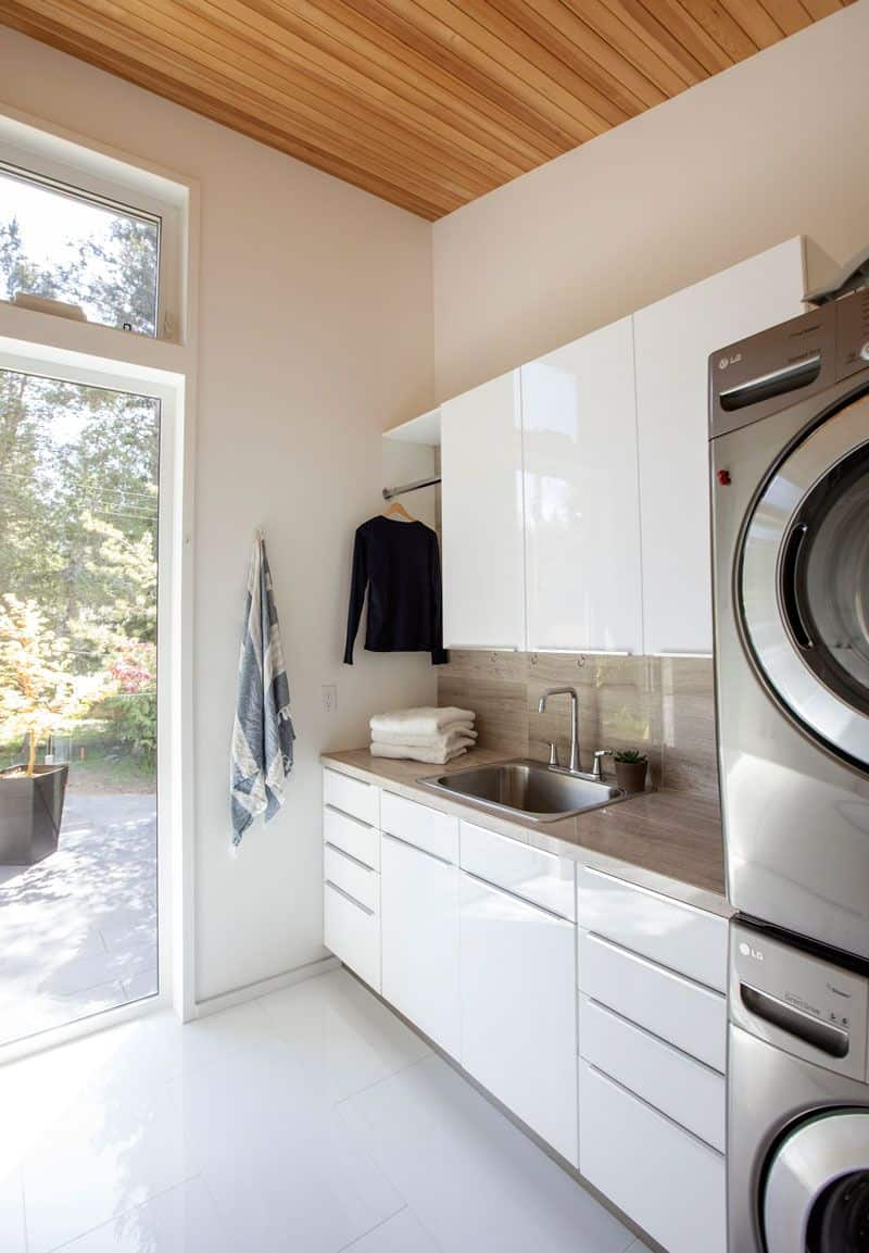 glossy laundry 10 Gorgeous Yet Functional Laundry Rooms