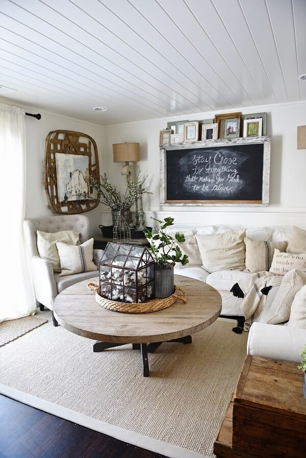 farmhouse table Farmhouse Living Rooms That Will Take Your Breath Away