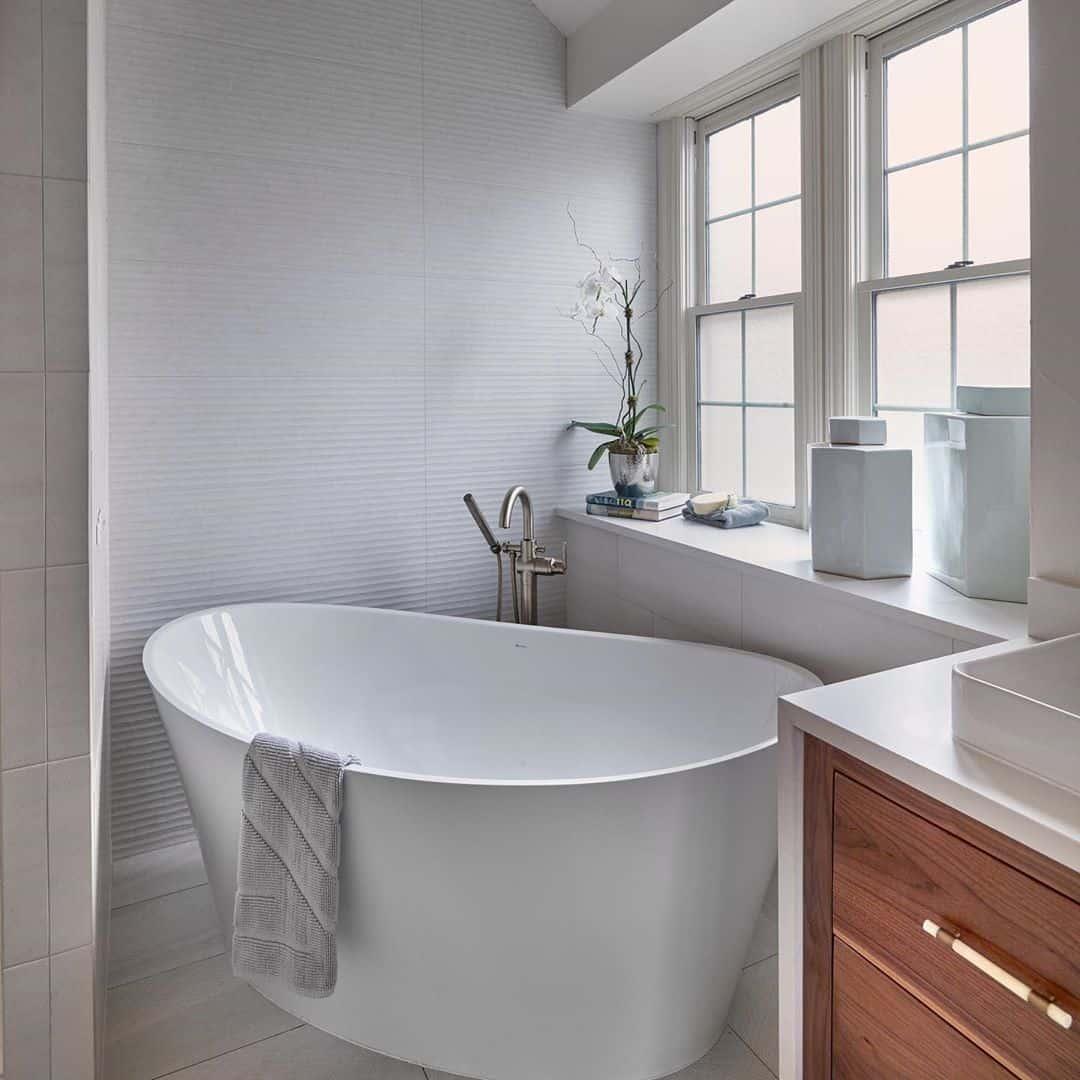 tub in corner'