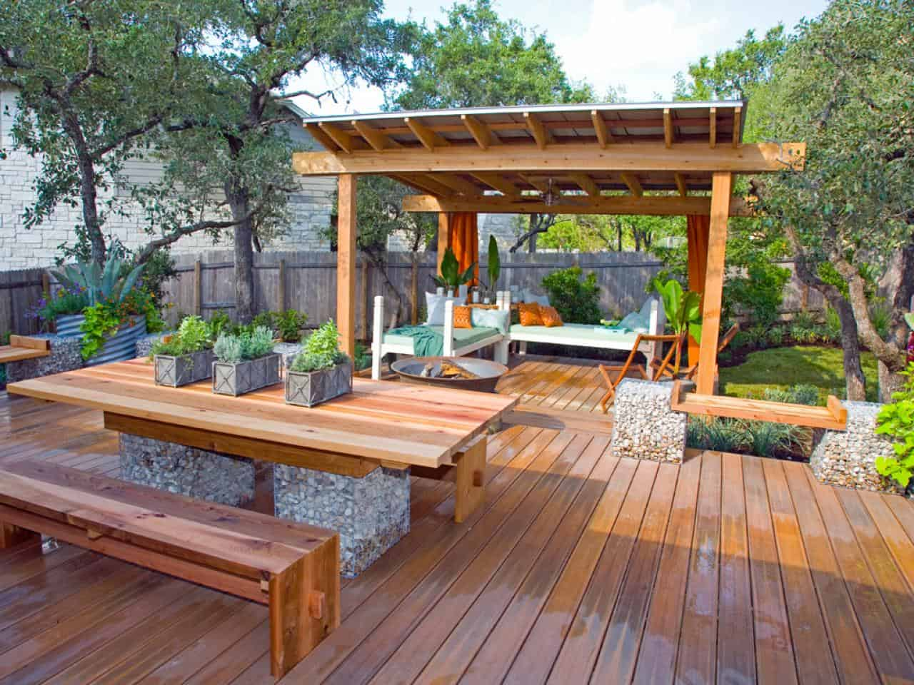 Creating a Summer corner with a Contemporary Deck