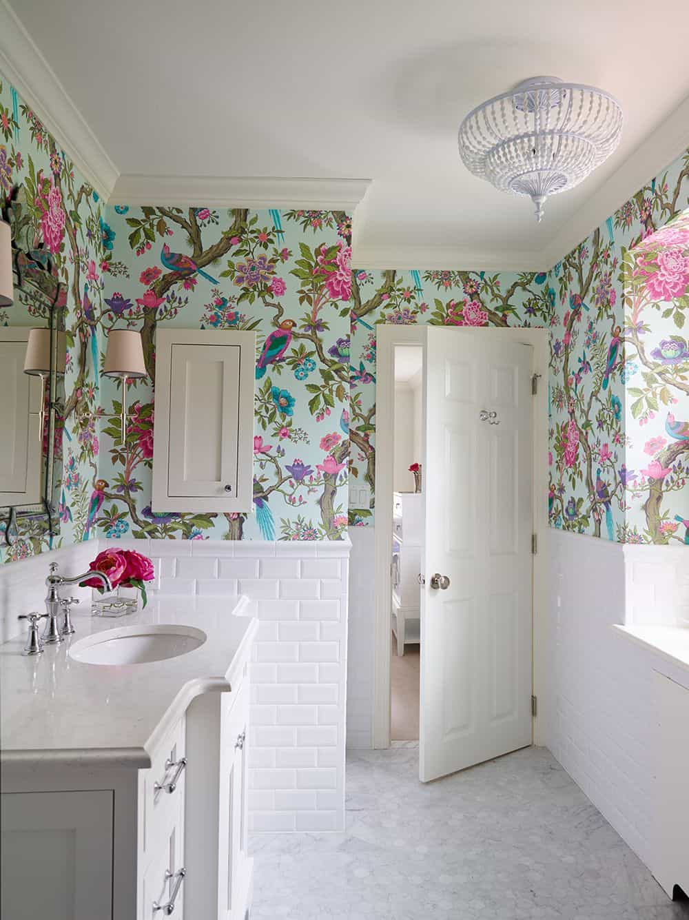 floral wallpaper in the vathroom