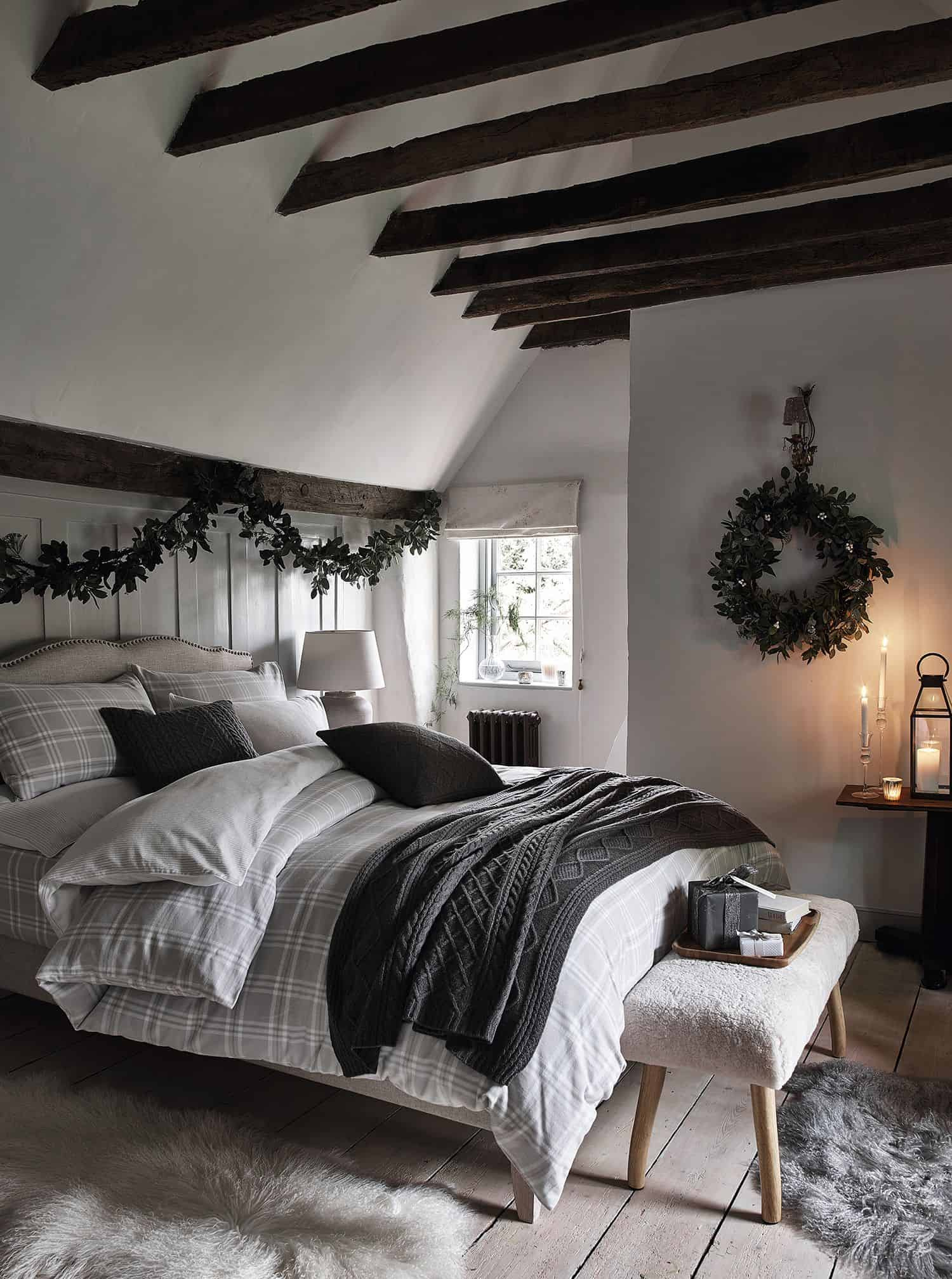 garland bedroom Fabulous Christmas Garland Ideas To Charm Your Guests Away