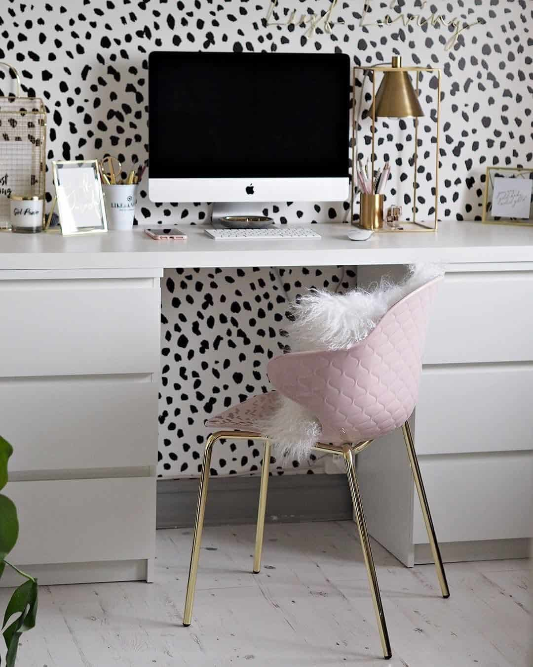 minimal offfice with upholstered chair Minimal Office Space Ideas that are stylish & functional