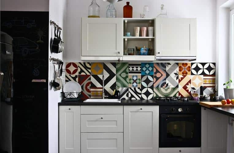 Top 15 patchwork tile backsplash designs for kitchen for Kitchen cabinet trends 2018 combined with leroymerlin papier peint