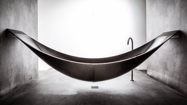 suspended bathtub by splinter works floats on air 1 thumb 630x354 20599 Suspended Bathtub by Splinter Works Floats on Air