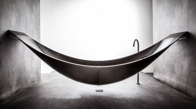 suspended-bathtub-by-splinter-works-floats-on-air-13.jpg