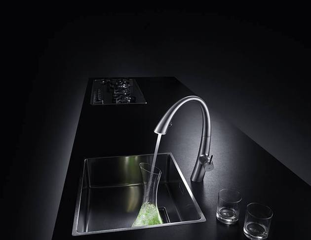 kwc-zoe-a-beautiful-kitchen-faucet-with-light-4.jpg