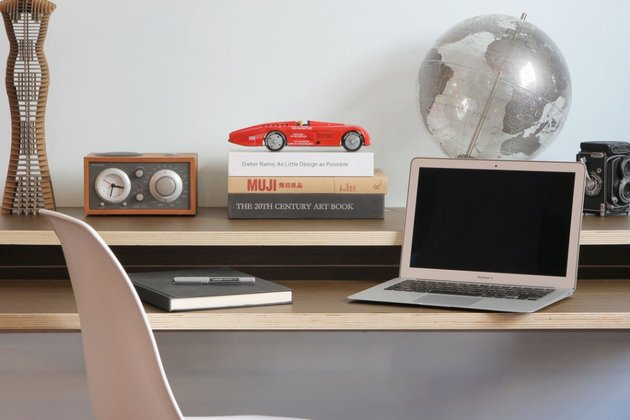 minimal-float-wall-desk-from-orange-22-3.jpg